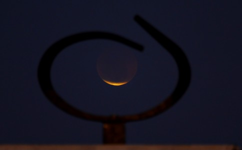 "Lentes de Celso Junior, editor da revista GPS, ""coloca"" eclipse dentro de monumento"