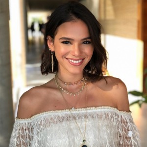 Bruna Marquezine faz tutorial beauty para Vogue norte-americana