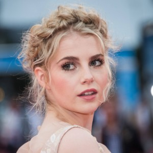 "Lucy Boynton é cotada para viver Lady Di na série ""The Crown"""