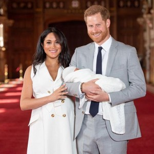 Welcome! Príncipe Harry e Meghan Markle apresentam o baby Sussex