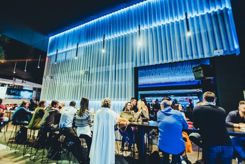Social Lab Bar: novo point de BsB chega com LED e drinks autorais